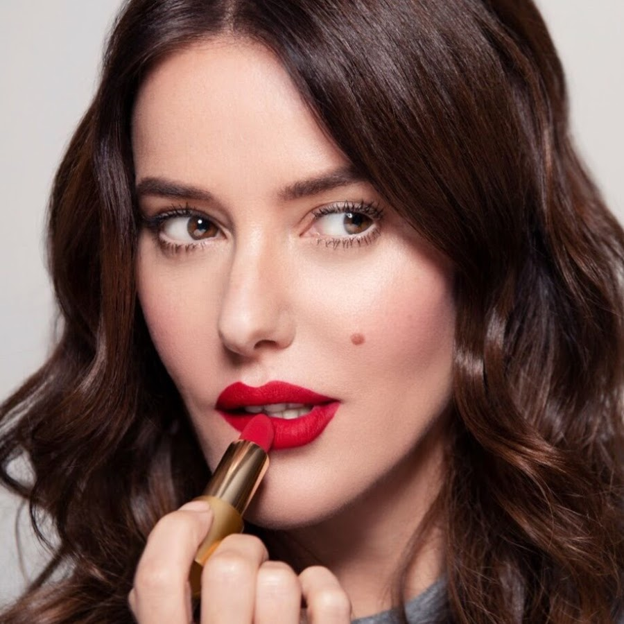 A person with red lipstick  Description automatically generated with low confidence